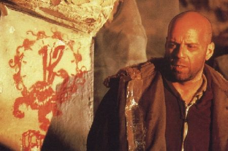 Cole (Bruce Willis) encounters the insgnia of the mysterious Army of the 12 Monkeys